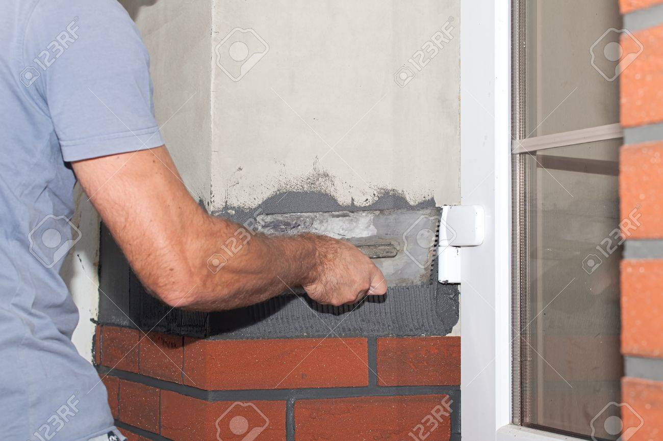 Reconstruccion De La Casa Trabajador Pegado Revestimiento De - Revestimiento-de-ladrillo