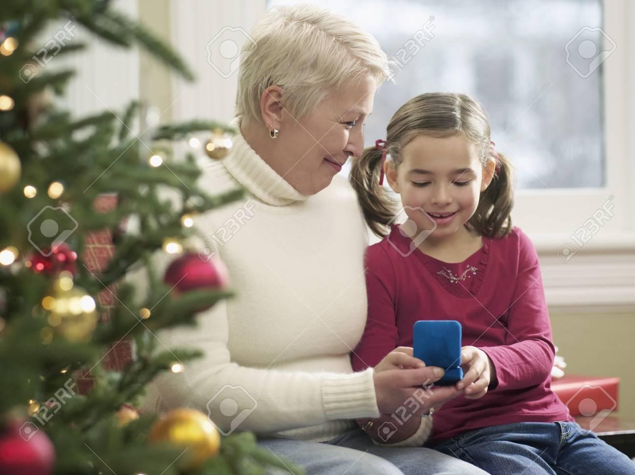 Mädchen Und Großmutter, Die Weihnachtsgeschenke Austauschen ...