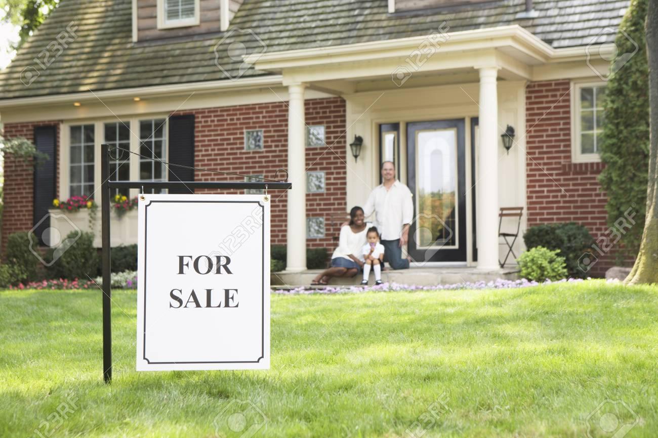 Le Porche De La Maison famille sur le porche de la maison à vendre banque d'images et