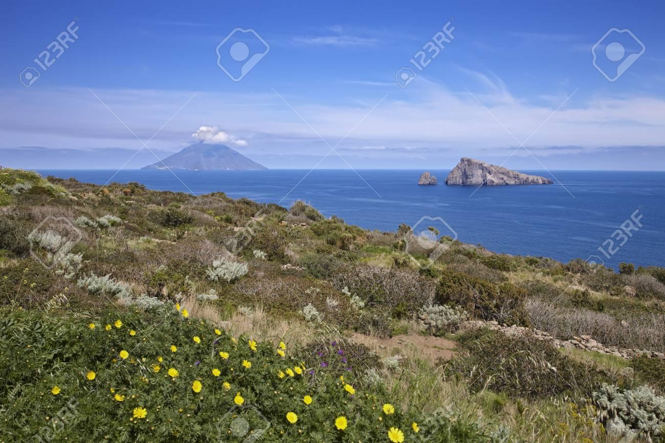 背景、エオリア諸島、シチリア島...