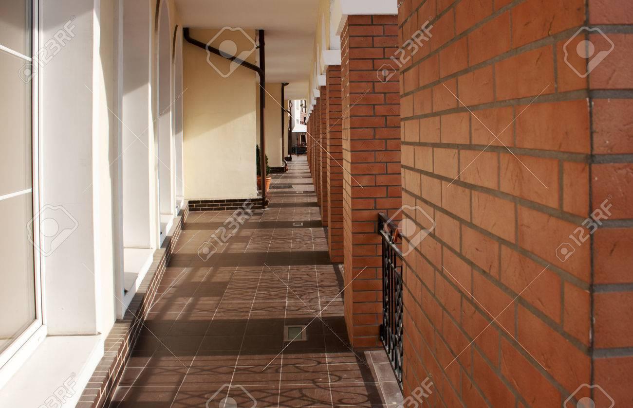 largo pasillo de paredes de ladrillo y ventanas exteriores foto de archivo