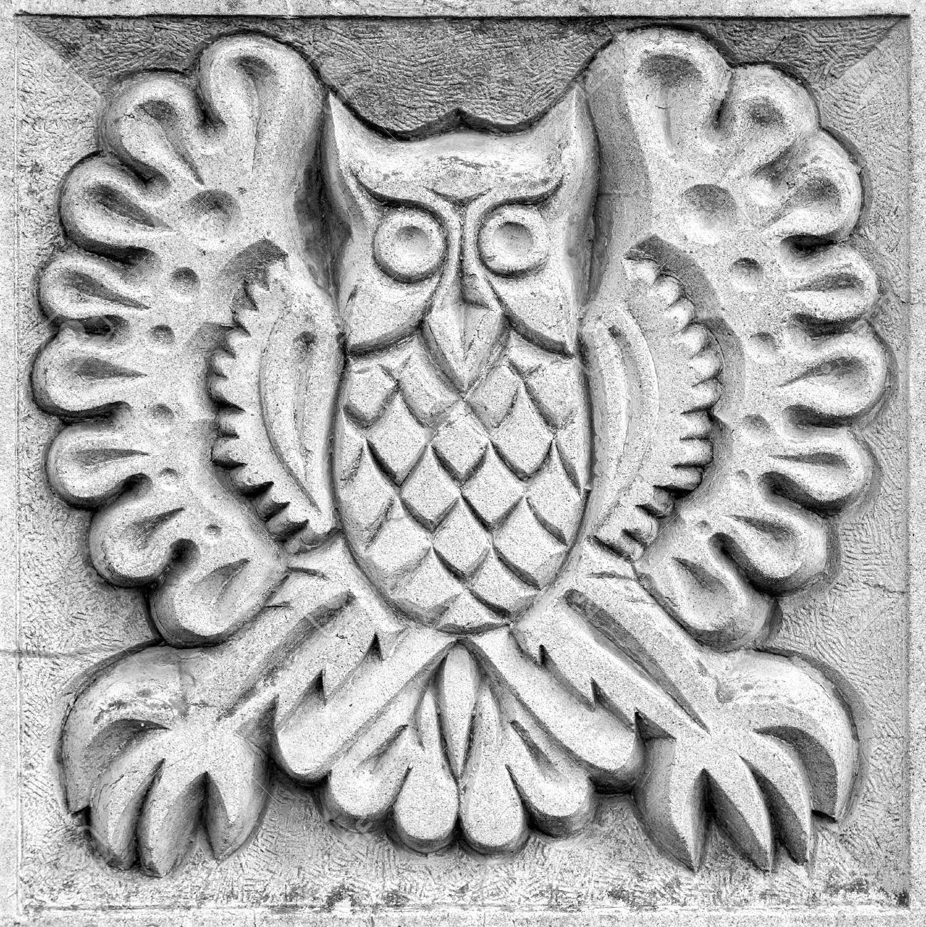 A small stone owl meets the wishes of a french town aleph