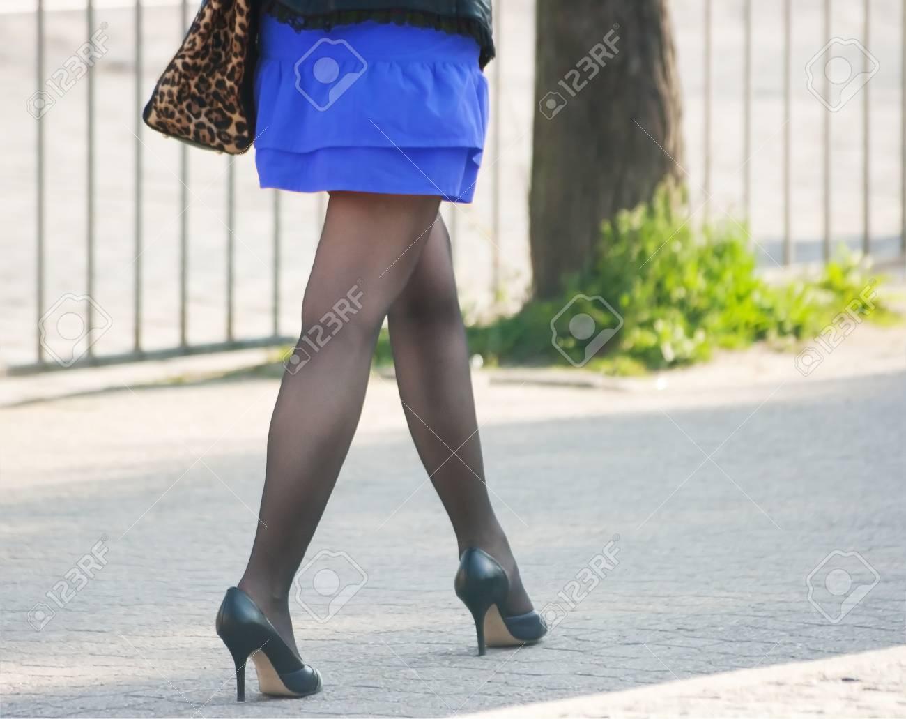 La En Caminando Negras Azul Una Y Mujer Medias Zapatos Falda Con qvwZzHA