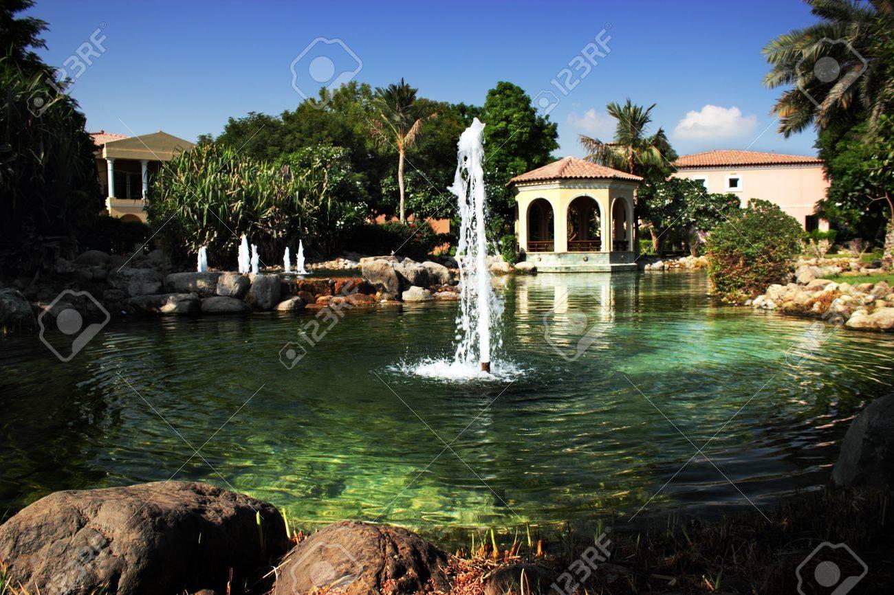 Luxus garten  Luxus-Haus Mit Brunnen Im Garten Und Palmen Lizenzfreie Fotos ...