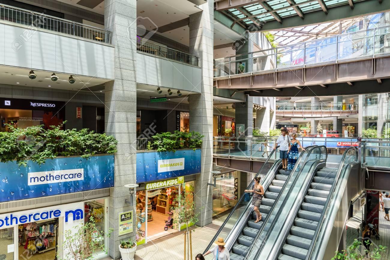 d90646a4e8f 발렌시아, 스페인 -2006 년 7 월 25 일 : 사람들이 쇼핑 고급 쇼핑몰 ...