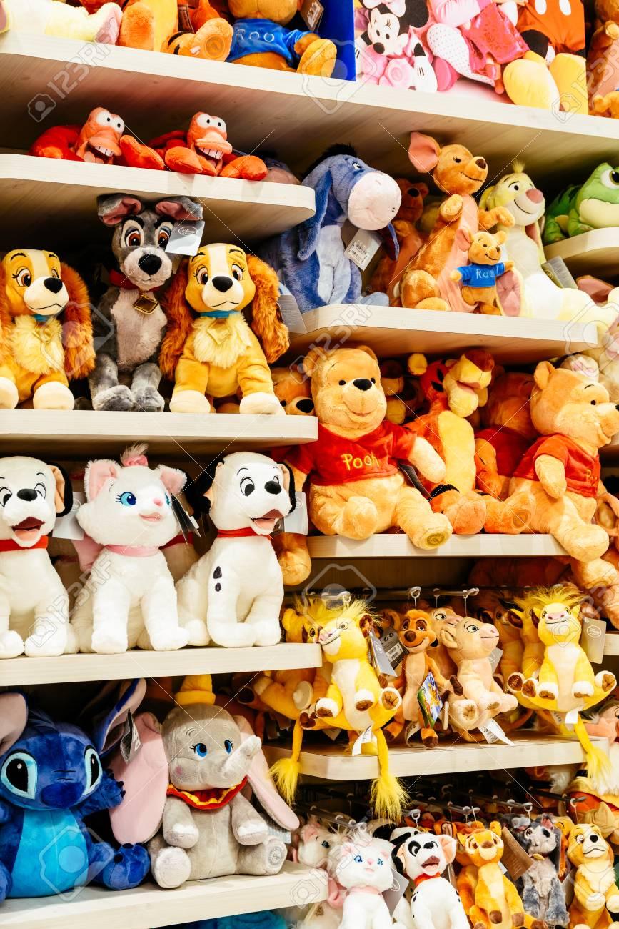 Barcelona España 05 De Agosto De 2016 Juguetes De Felpa Para Niños A La Venta En La Tienda De Disney Fotos Retratos Imágenes Y Fotografía De Archivo Libres De Derecho Image 80295803