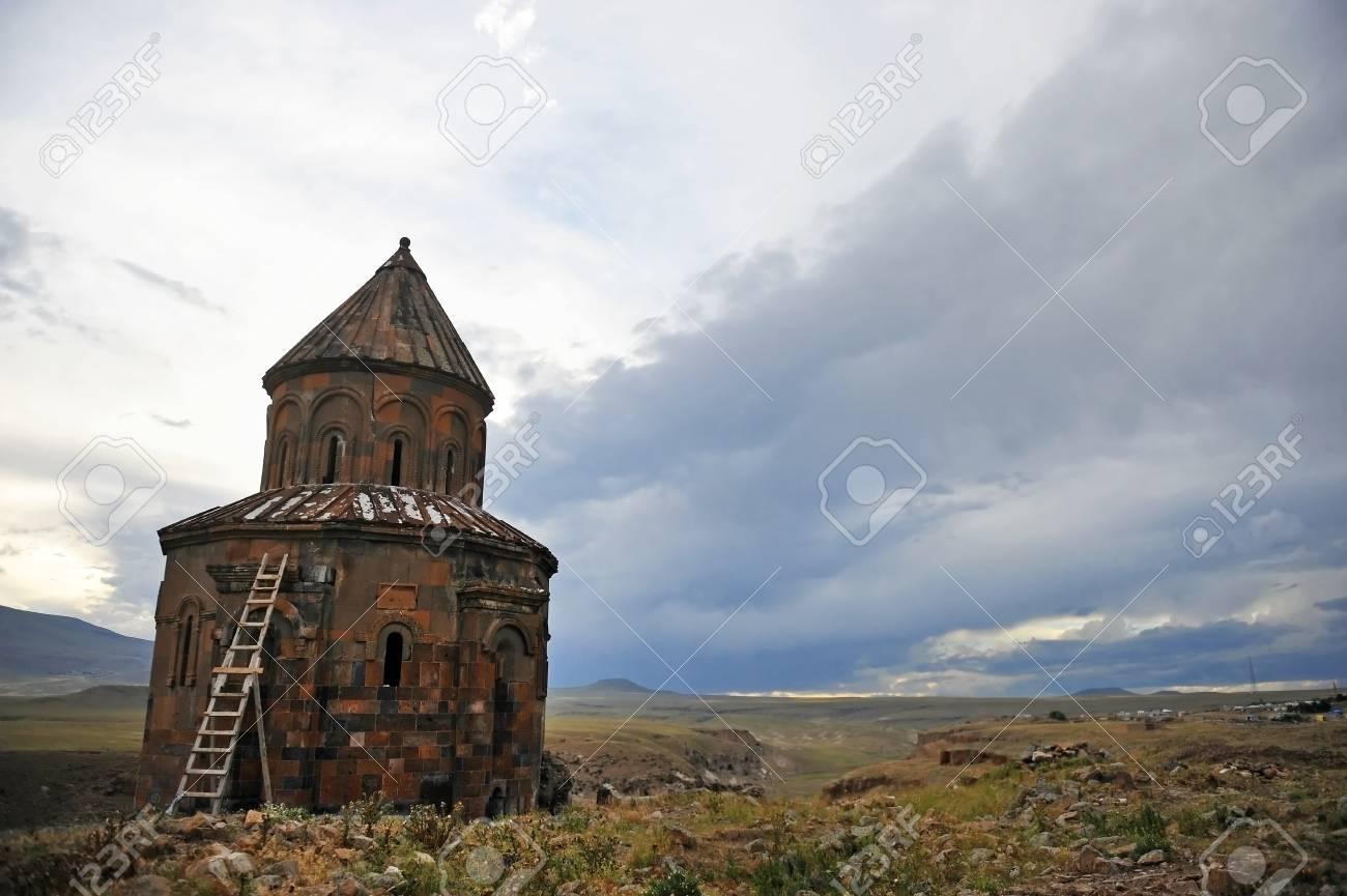 アニの荒廃した中世アルメニアのサイトで古代のアルメニア教会。961 と ...