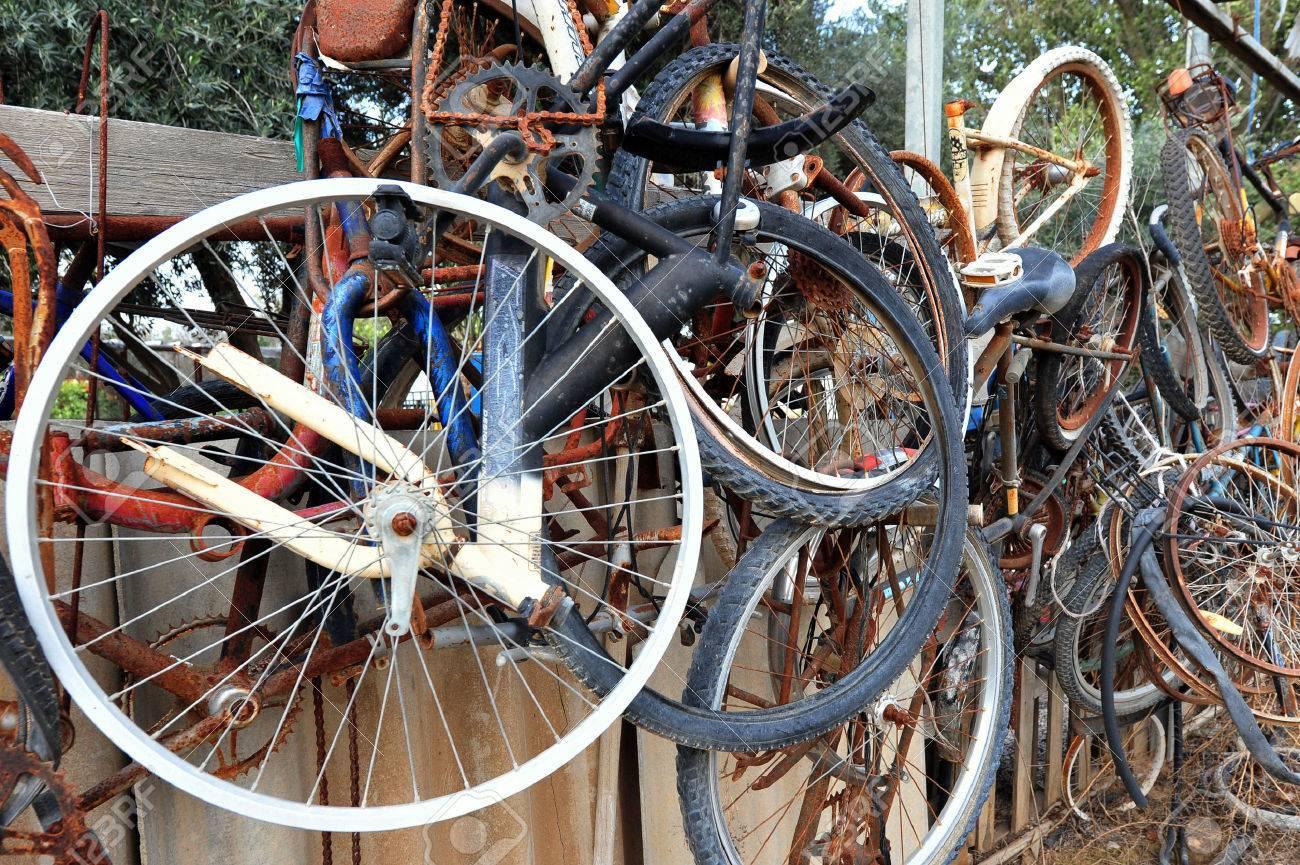 Alte Verrostet Fahrräder Und Räder In Einem Schrottplatz