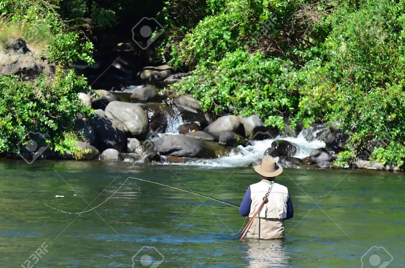 漁師は、タウポ湖、ニュージーラ...