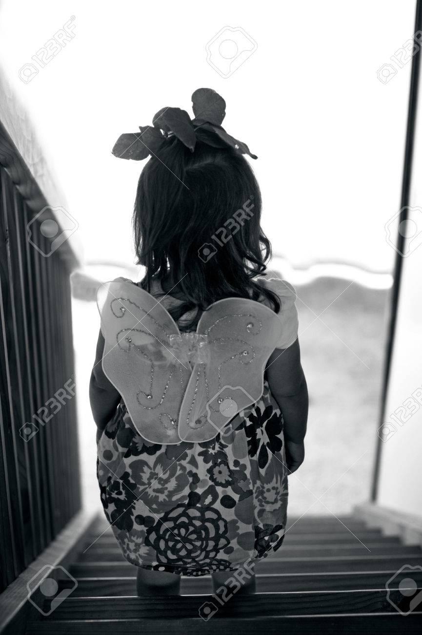 Pequenas Alas De Angel De Hadas Desgastan De La Chica Tristes Miran
