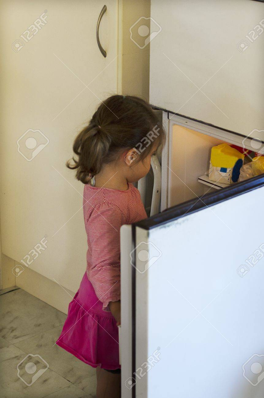 Hungriges Armes Kleines Mädchen Suchen Nach Nahrung In Leeren ...