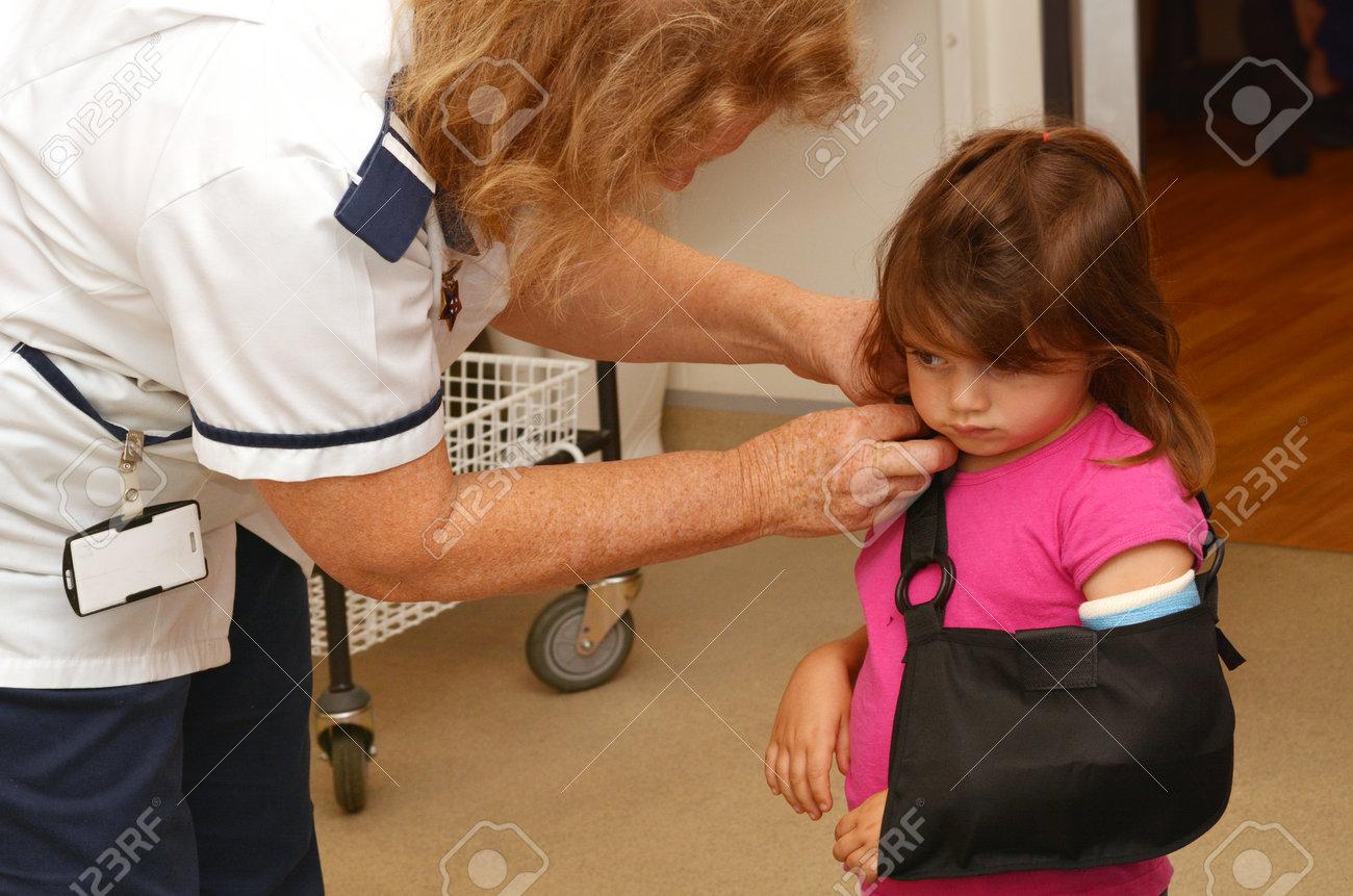 Chambre Petite Fille 3 Ans kaitaia, nz mar - 17: infirmière applique une fronde sur plâtre  orthopédique d'une petite fille talya ben-ari âge de 3 ans dans la chambre  d'hôpital
