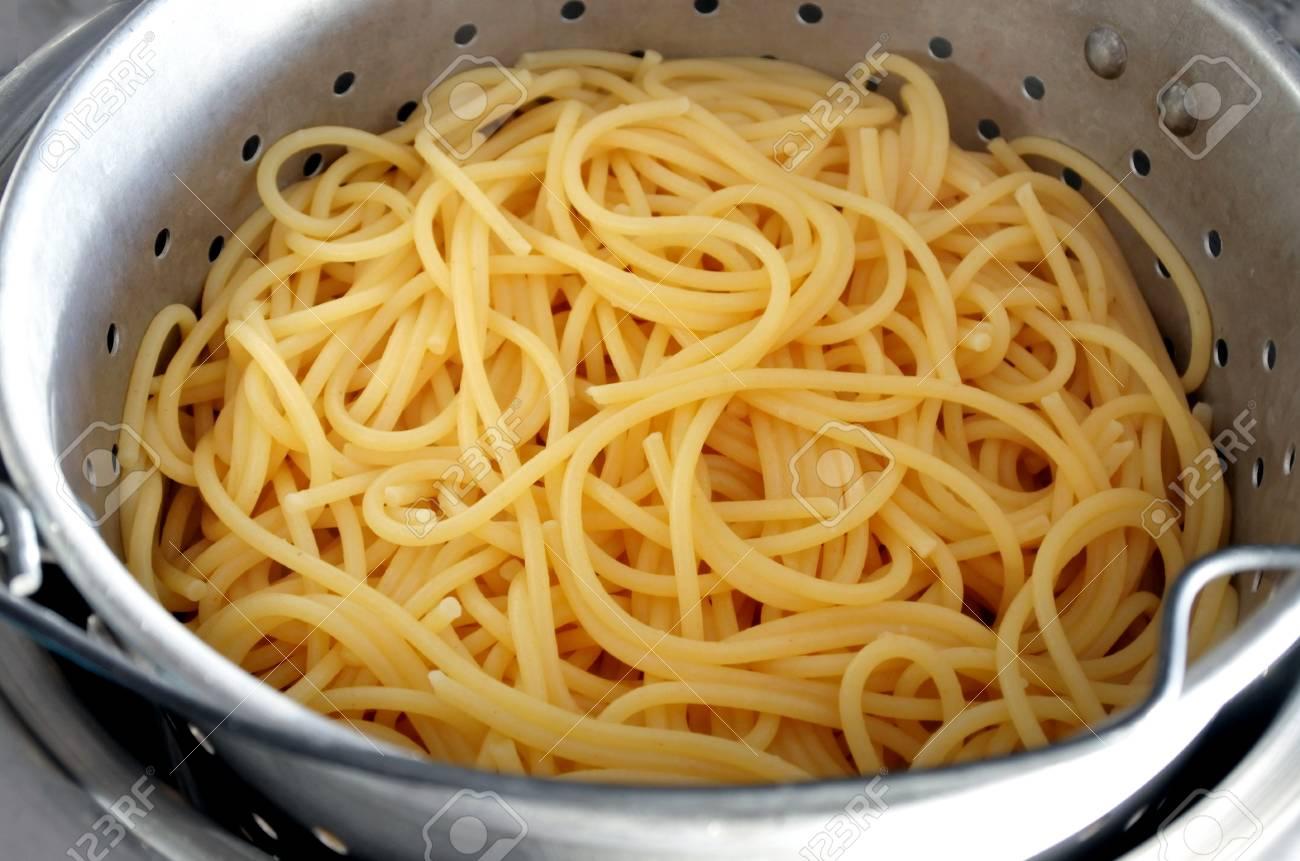 Fideos de espagueti cocidos en un colador que se enfría. Foto de archivo -  84124326 edf2ef3fcdcb