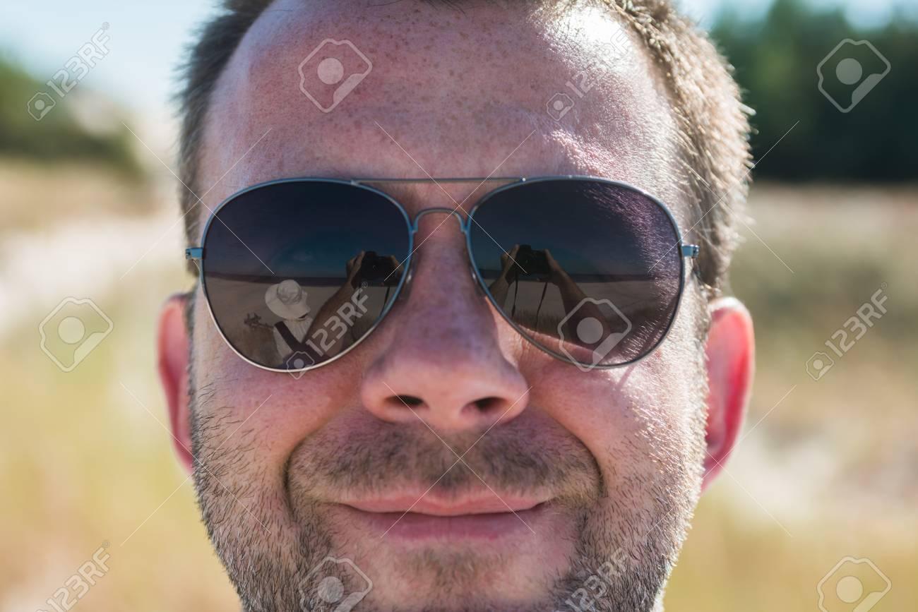 Se Soleil Au Dans Photo Barbu NumériqueFemme Blanc Des De Reflétant Appareil Avec Chapeau Lunettes Selfie Faisant m0nwyO8vN