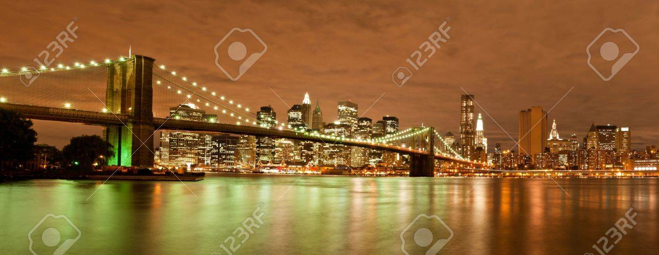 Night view of the Brooklyn Bridge with the skyline of New York Behind Stock Photo - 8080060