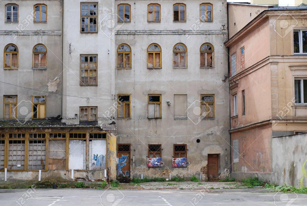 Inner city grunge apartment building - 3642625