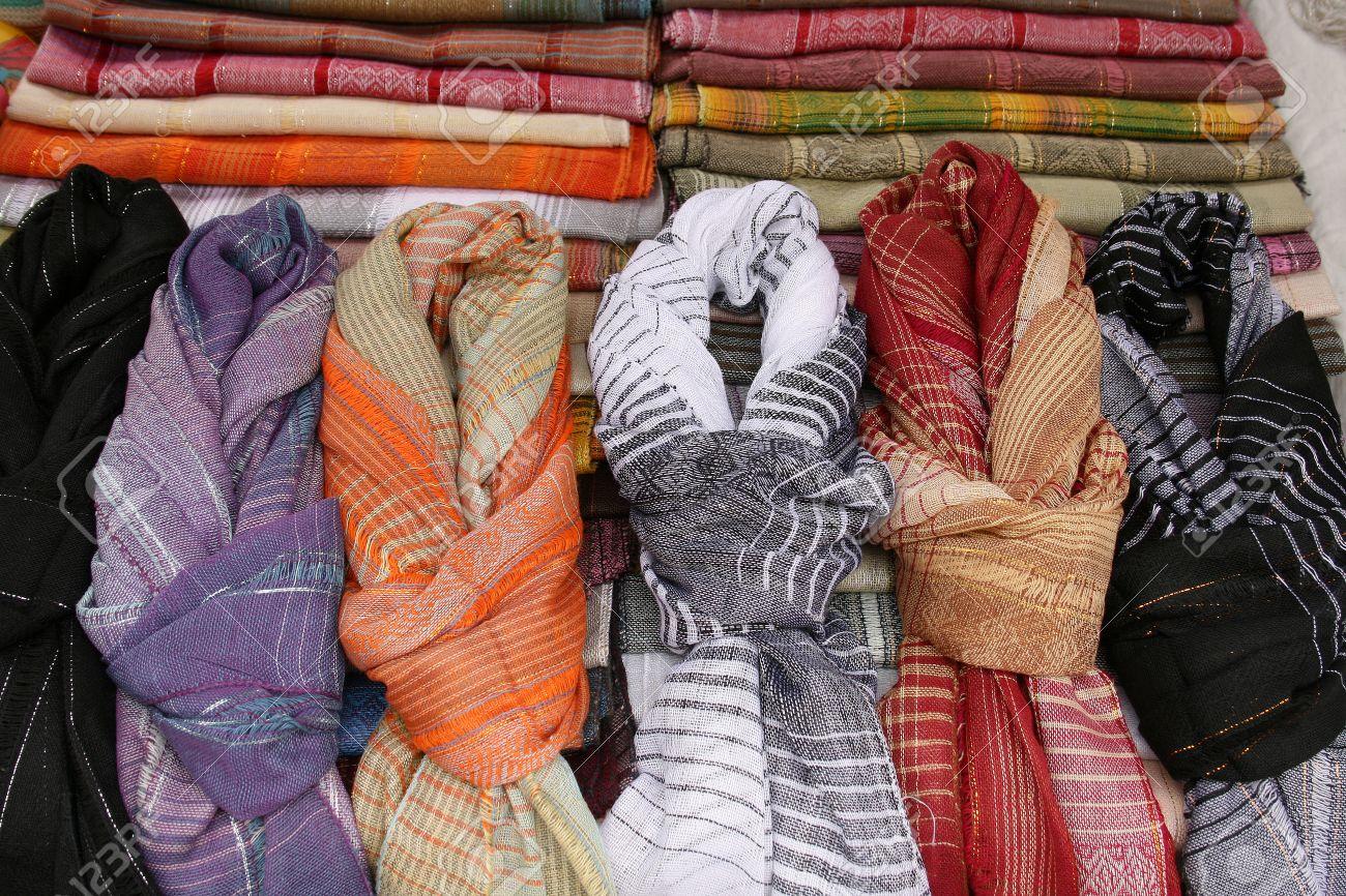Bufandas hechas a mano con dibujos para la venta en el mercado de  artesanías al aire