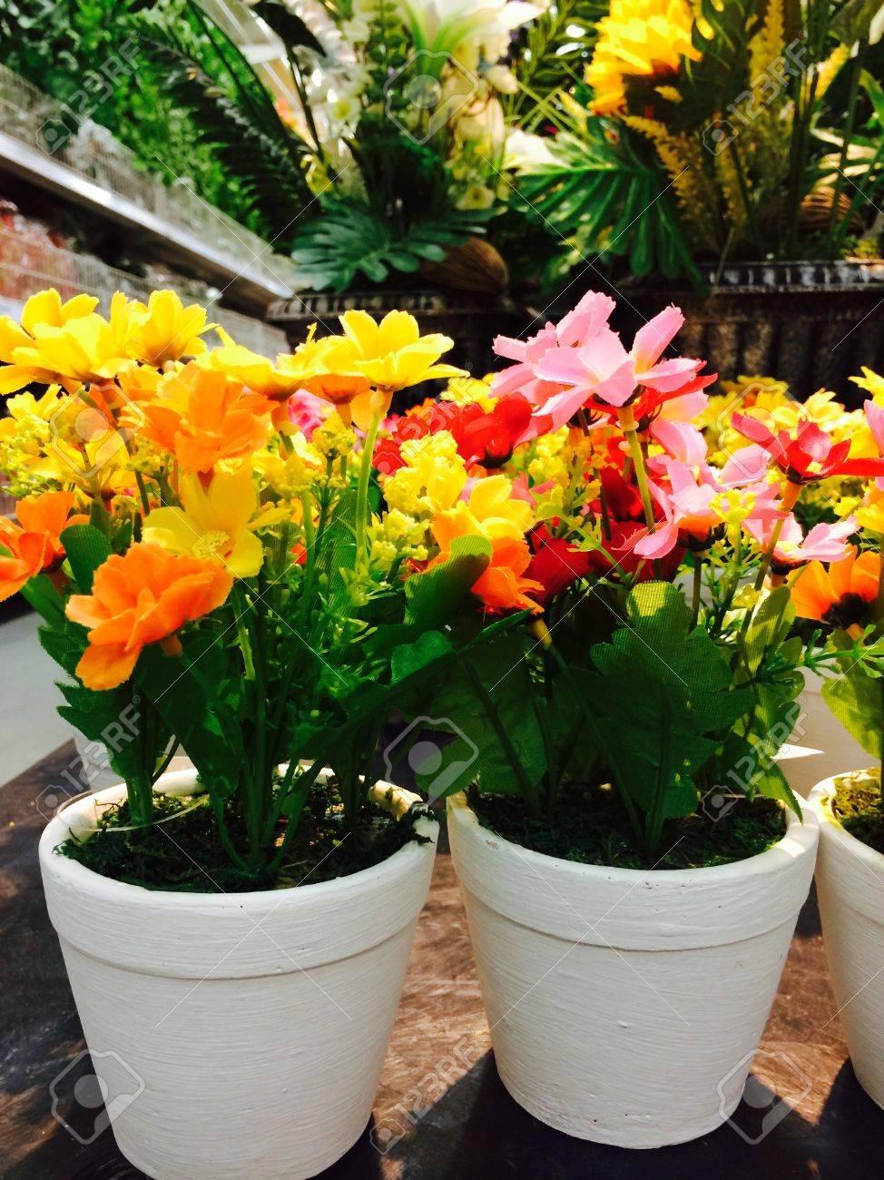 jarrones decorados con hermosas flores foto de archivo