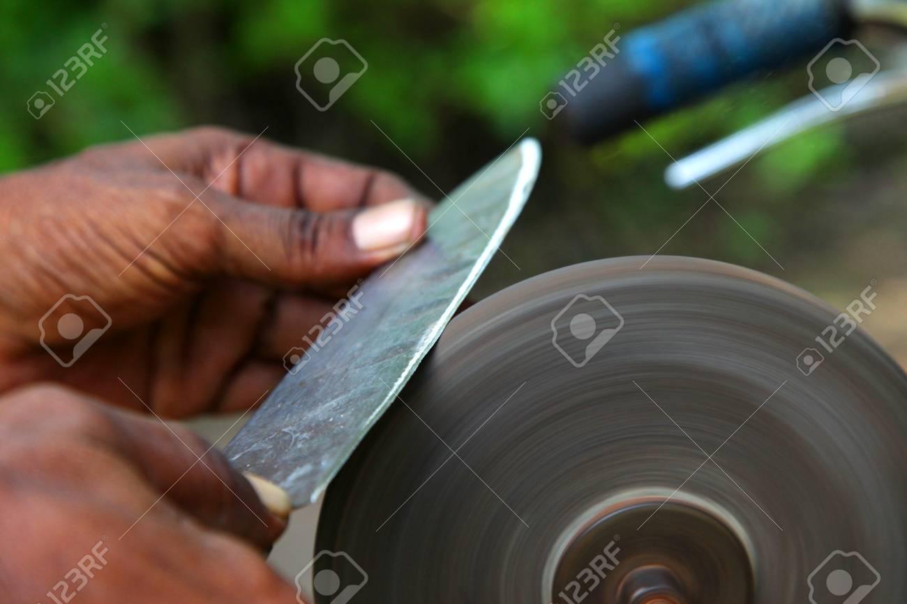 das messer mit schleifstein zu schärfen lizenzfreie fotos, bilder