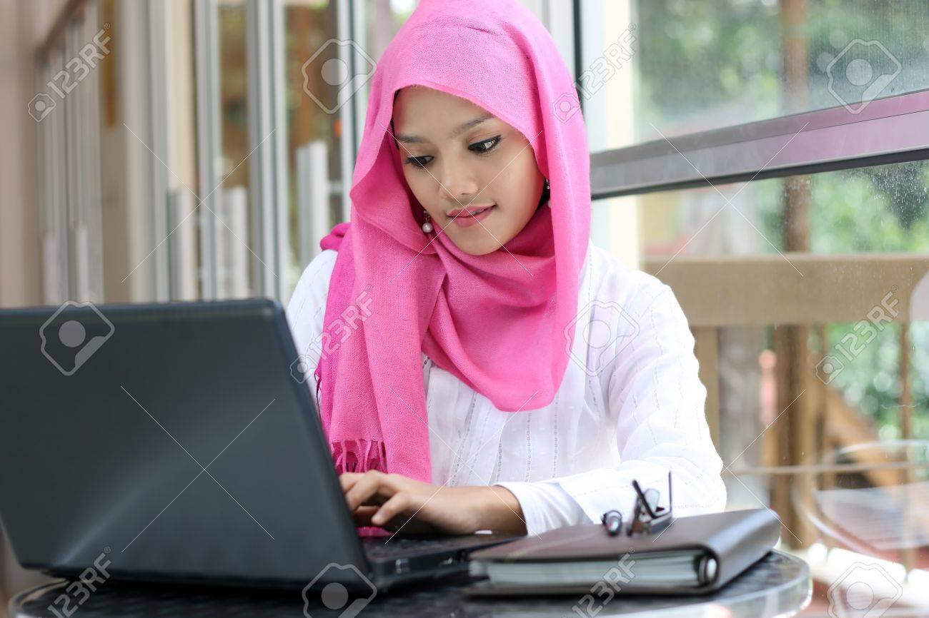 A young muslim woman using laptop Stock Photo - 10536288