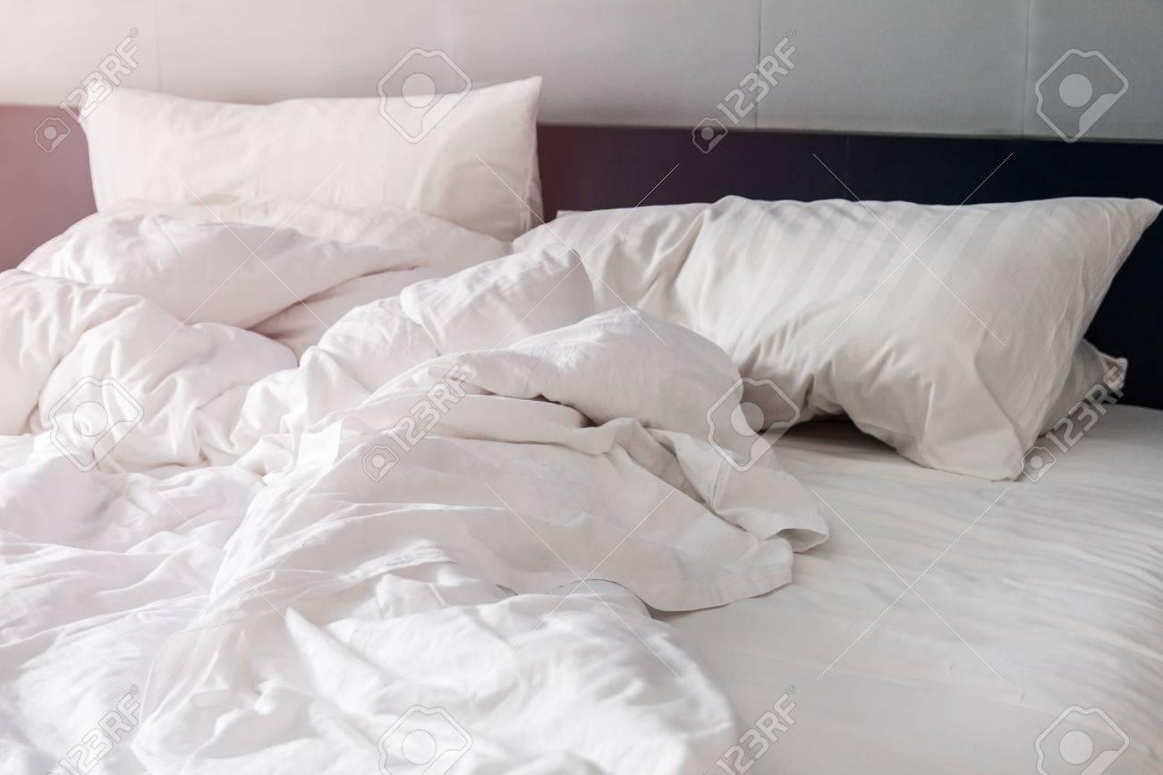 Bett Und Weissen Kissen Mit Falten Decke Im Schlafzimmer Vom
