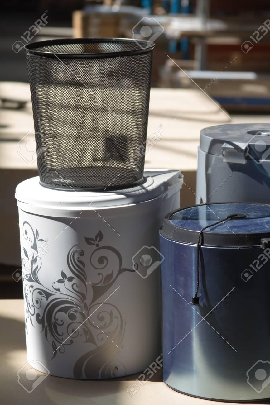 Cestino della spazzatura. Pattumiera per la cucina o l\'ufficio. Accessori  per mobili