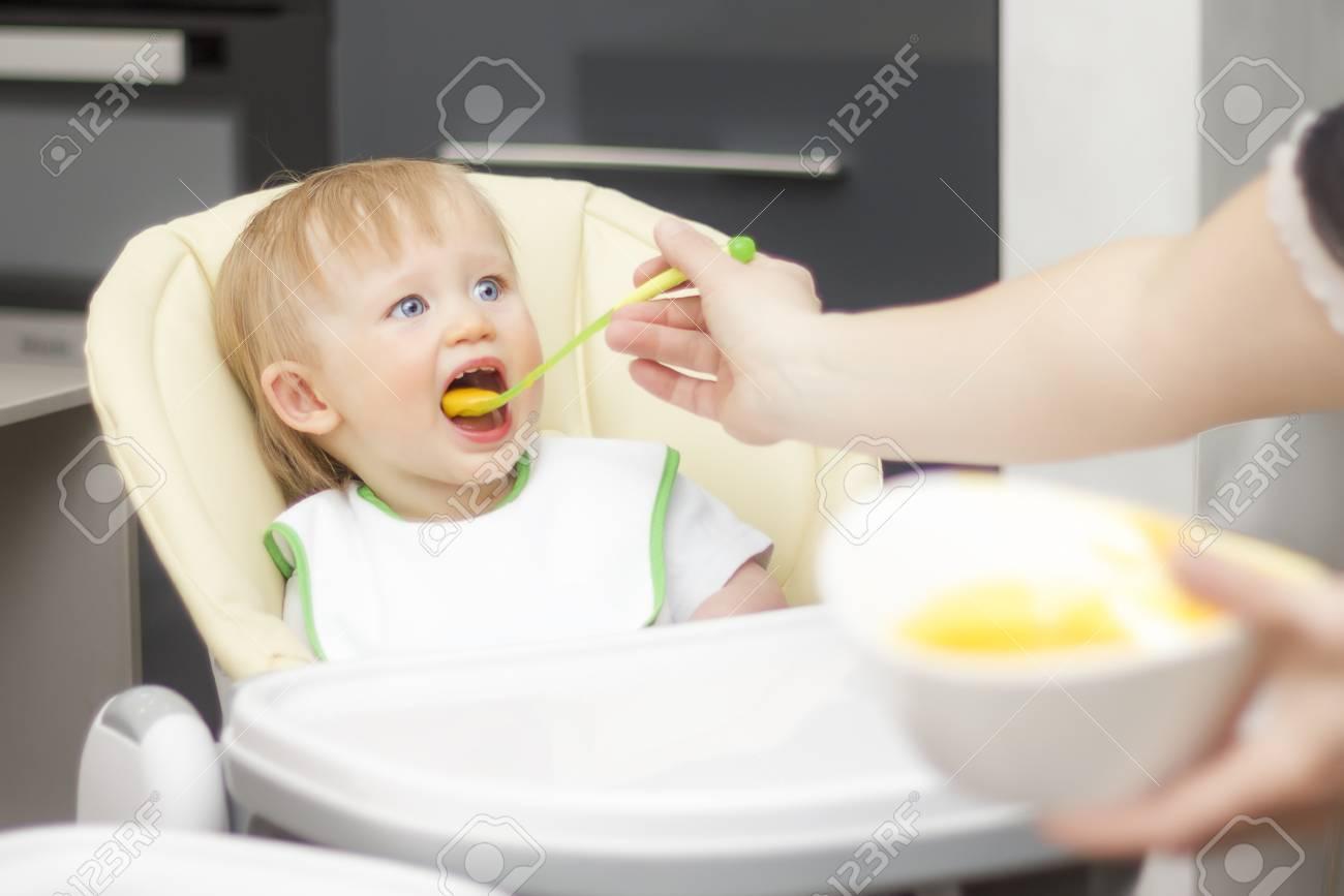 À Bas Haute Et Enfant Au En Yaourt Manger PorridgeBébé A De Assis Train Bon Du Âge Chaise Apprend hrtsQdC