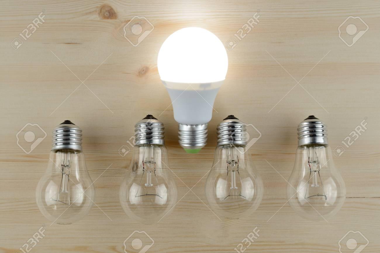 Glowing lampada a led tra cui lampade ad incandescenza su un