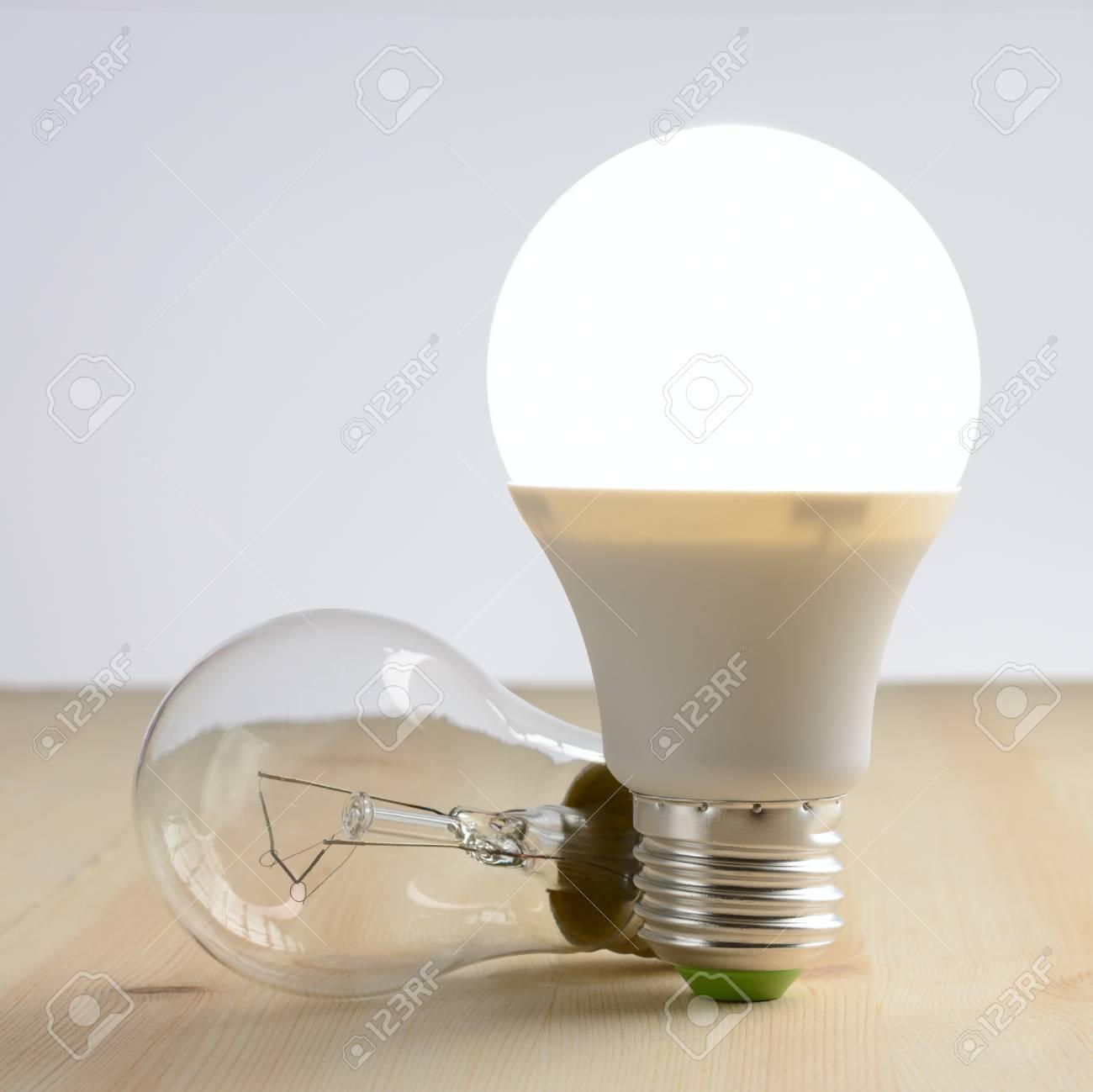 Lampe Led Debout Sur Une Table En Bois Pres D Une Lampe