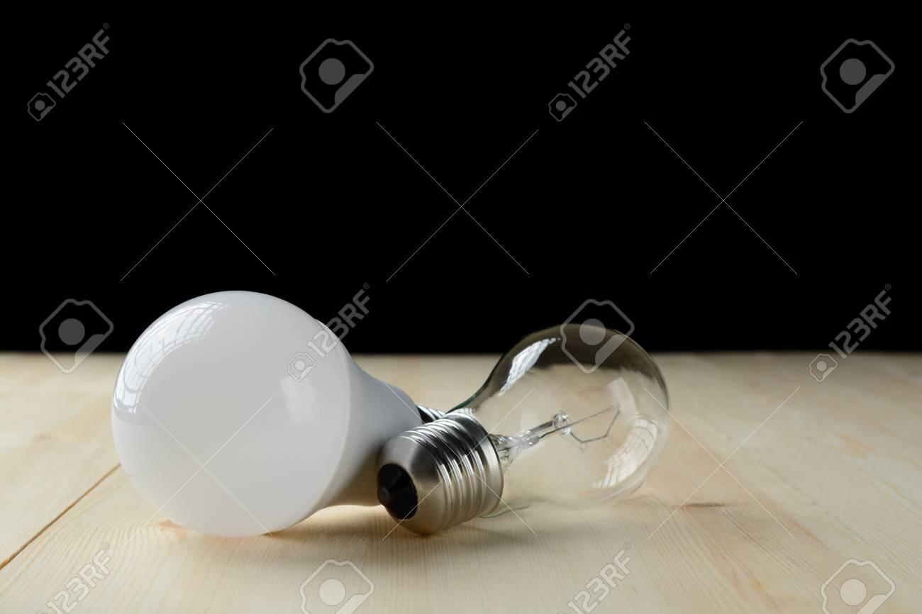 Lampada a led e una lampada ad incandescenza si trovano su un
