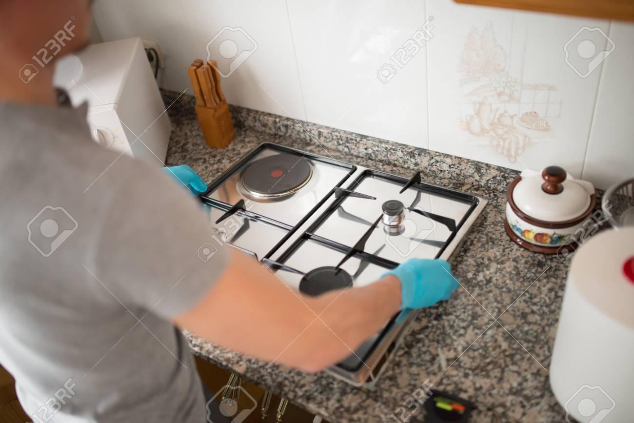 Man Installation D Une Cuisiniere A Gaz Dans Une Cuisine Banque D