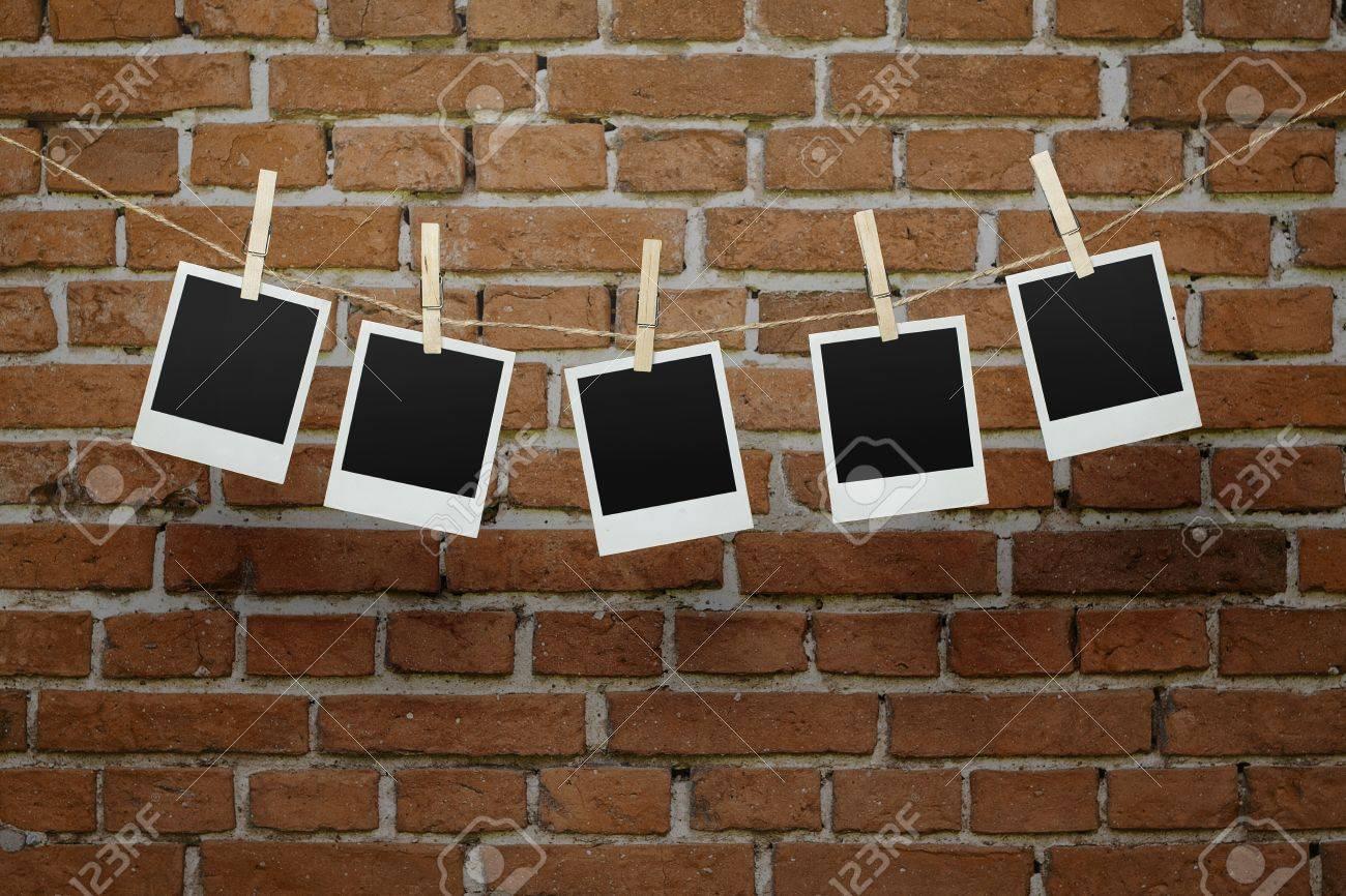 Fünf Leere Instant Fotos Hängen Auf Einer Wäscheleine über Mauer Mit ...