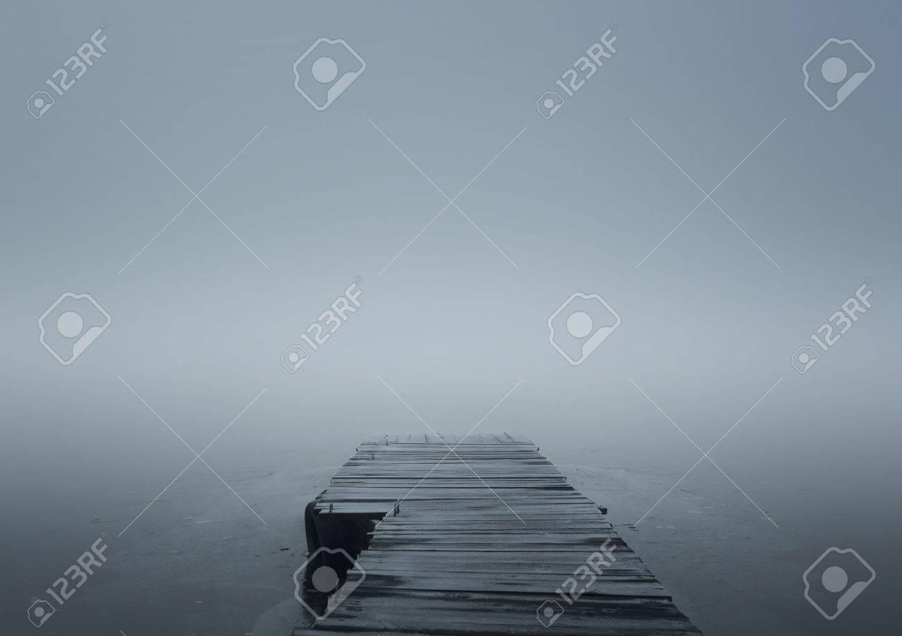 Nahaufnahme von Holzsteg im Winter Nebel mit Kopie Raum Standard-Bild - 35852733
