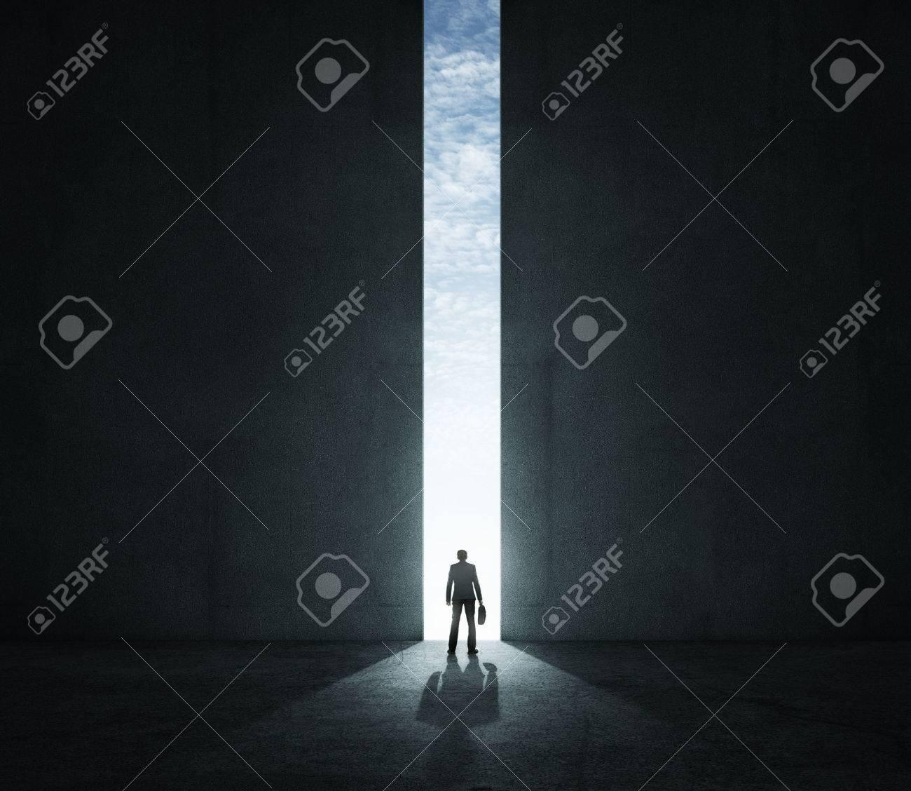 Einsamer Geschäftsmann stand vor dem großen Tor Standard-Bild - 36438605