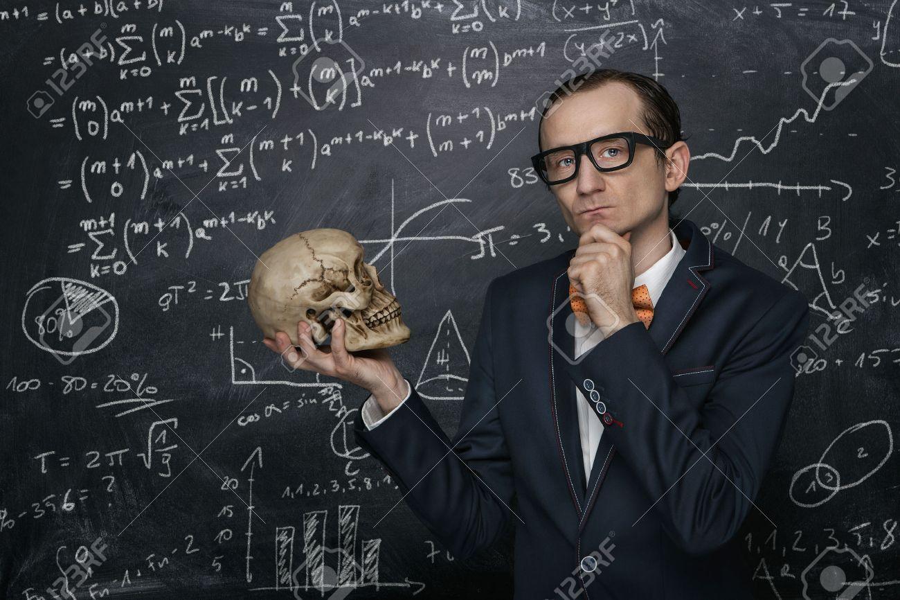 Lustige intelligente Nerd gegen Tafel mit vielen mathematischen Formeln Standard-Bild - 39940782