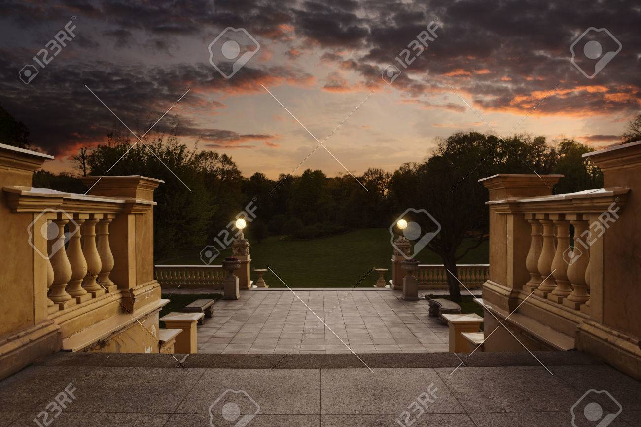 Empty vintage entrance to the garden at the sunset with copy space Standard-Bild - 39940784