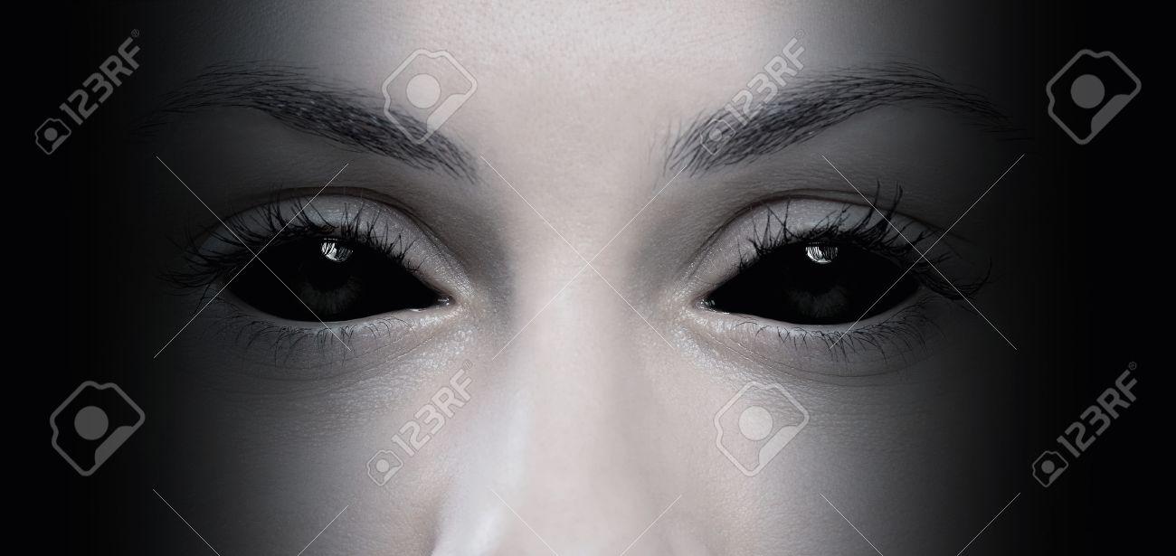 Nahaufnahme von bösen weiblichen Augen Standard-Bild - 44701874