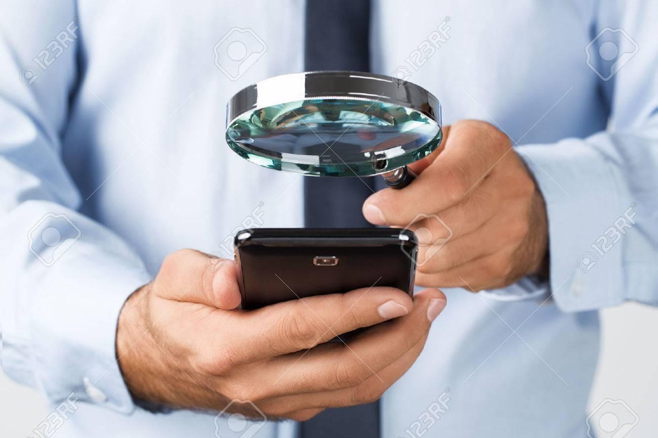 Close up der jungen Geschäftsmann sucht das Mobiltelefon Standard-Bild - 45327544