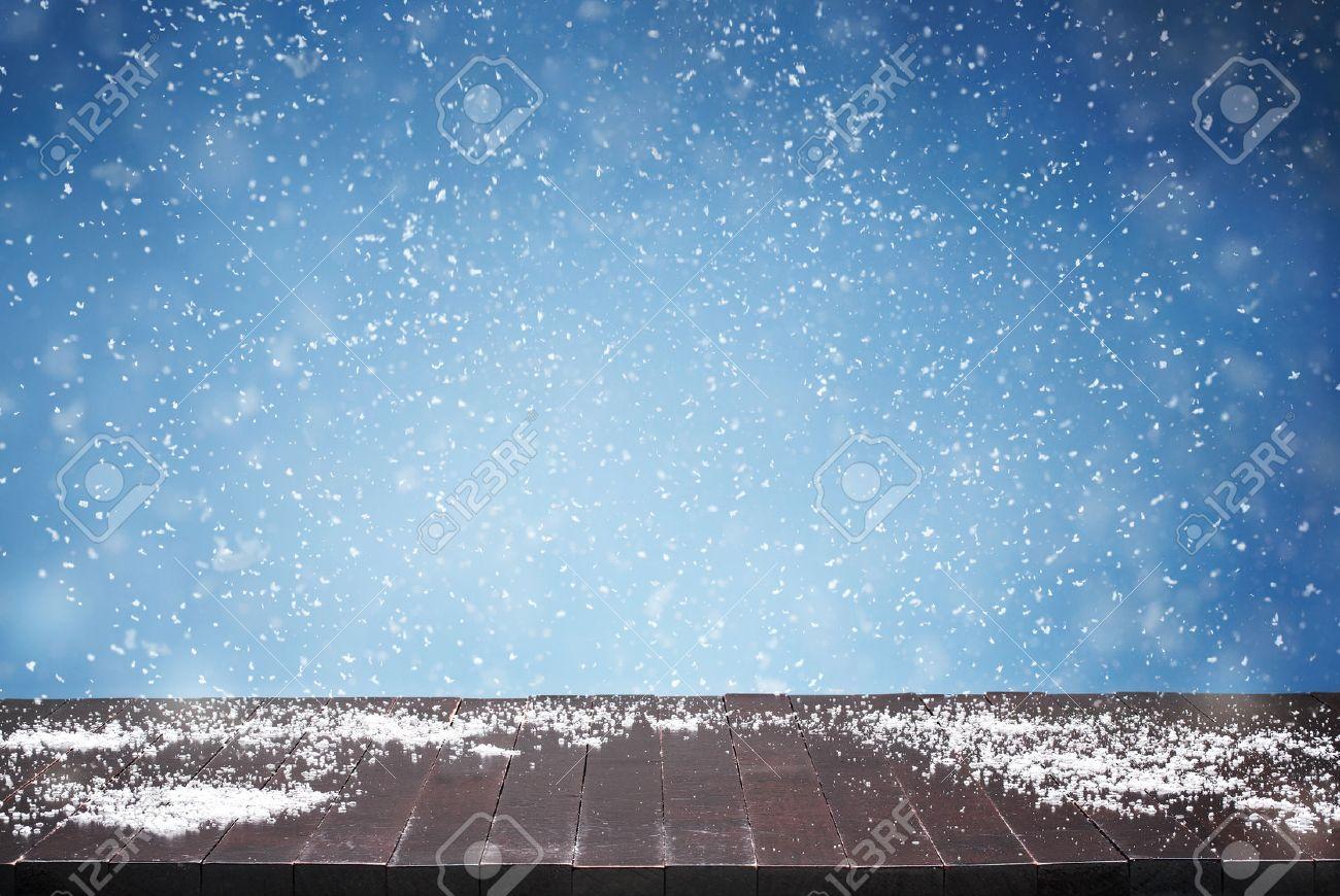 Close up von leeren Holztisch, Schreibtisch und fallenden Schnee im Hintergrund mit Kopie Raum Standard-Bild - 45934291