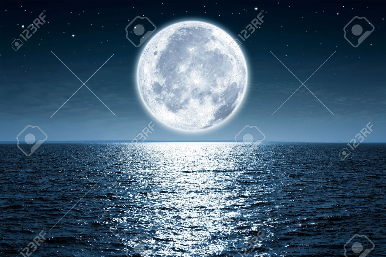 Full moon rising over the ocean empty at night with copy space Standard-Bild - 50220944