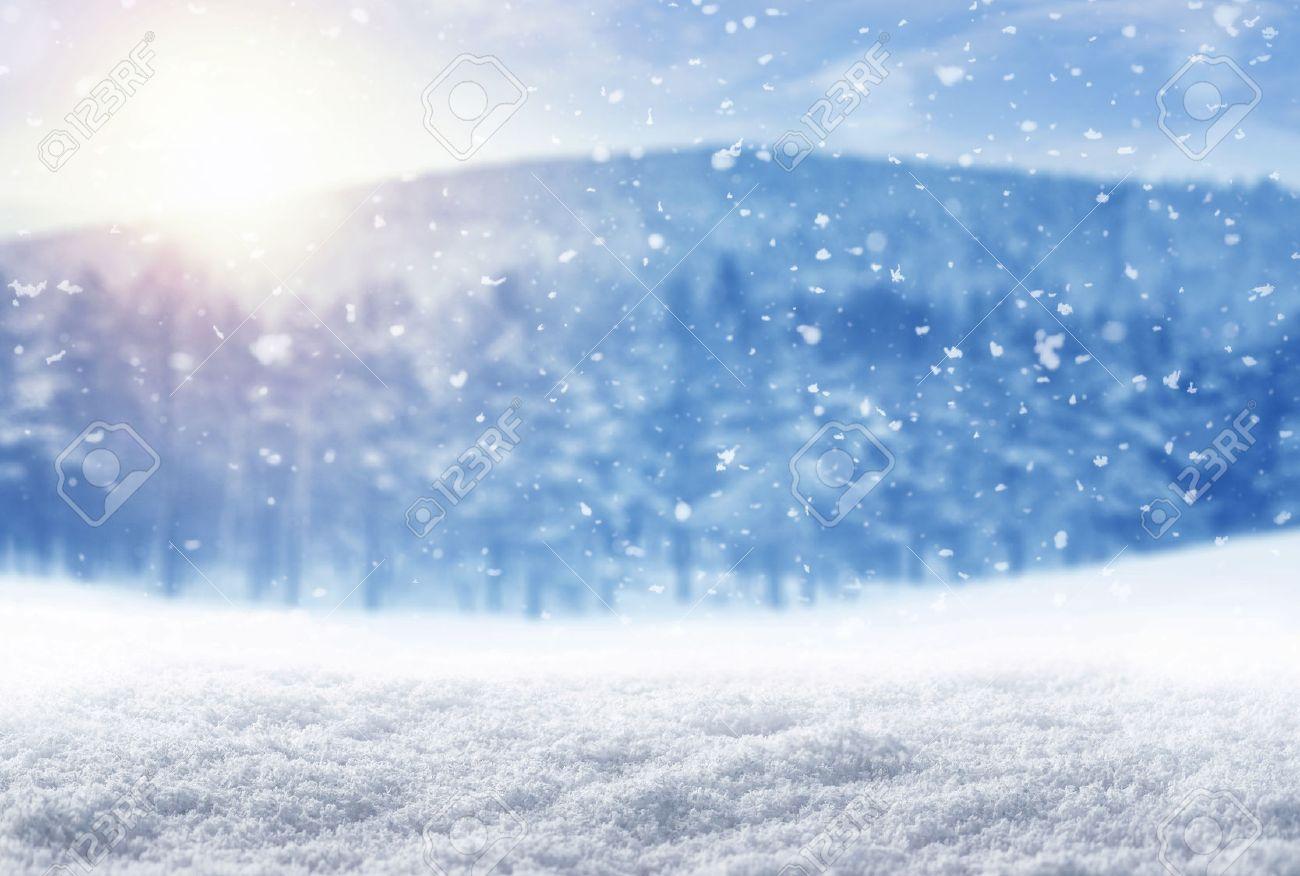 Winter-Hintergrund, fallenden Schnee über Winterlandschaft mit Kopie Raum Standard-Bild - 50220945