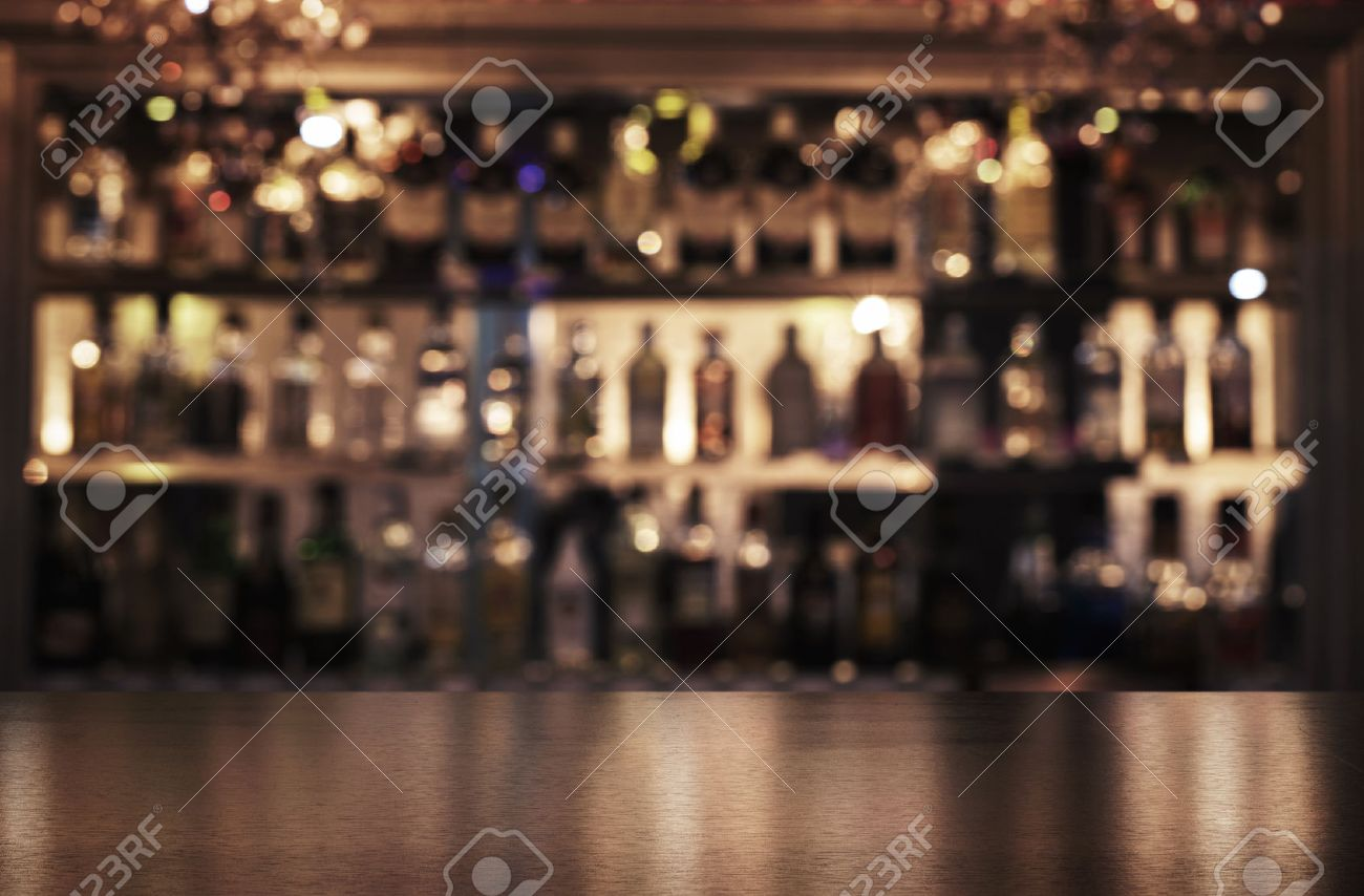 Leere hölzerne Bar Zähler mit defokussiert Hintergrund von Restaurant, Bar oder Cafeteria und kopieren Raum Standard-Bild - 69321041