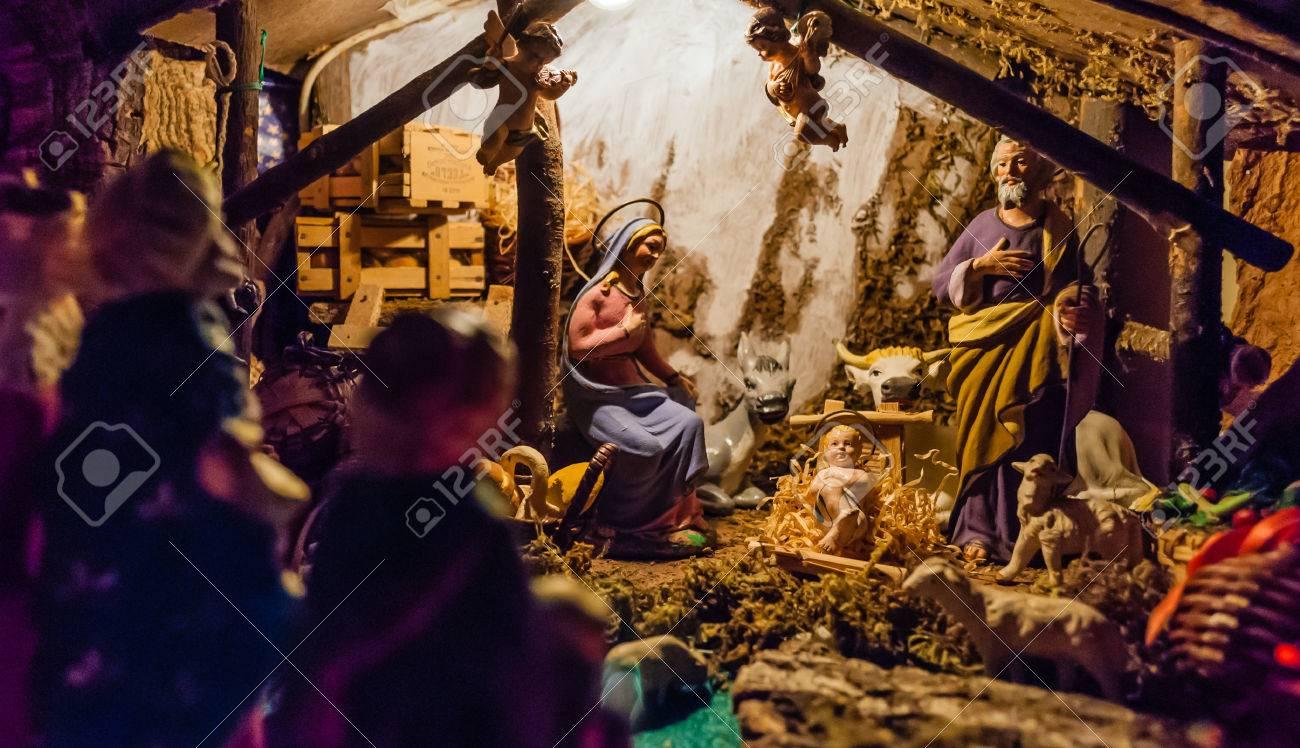 Nacimiento De Jesús En El Pesebre En Un Típico Italiano \