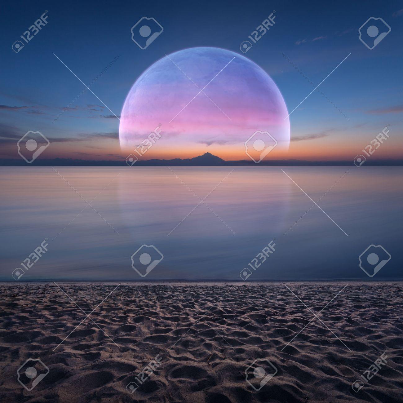 大きな月が昇る地平線と砂浜のビ...