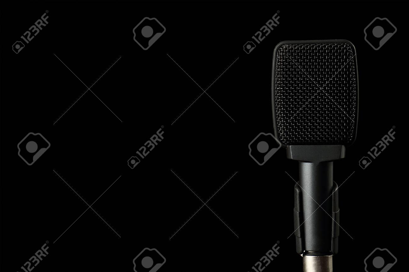 Musikmikrofon schwarzer Hintergrund, Lexi Belle nackt