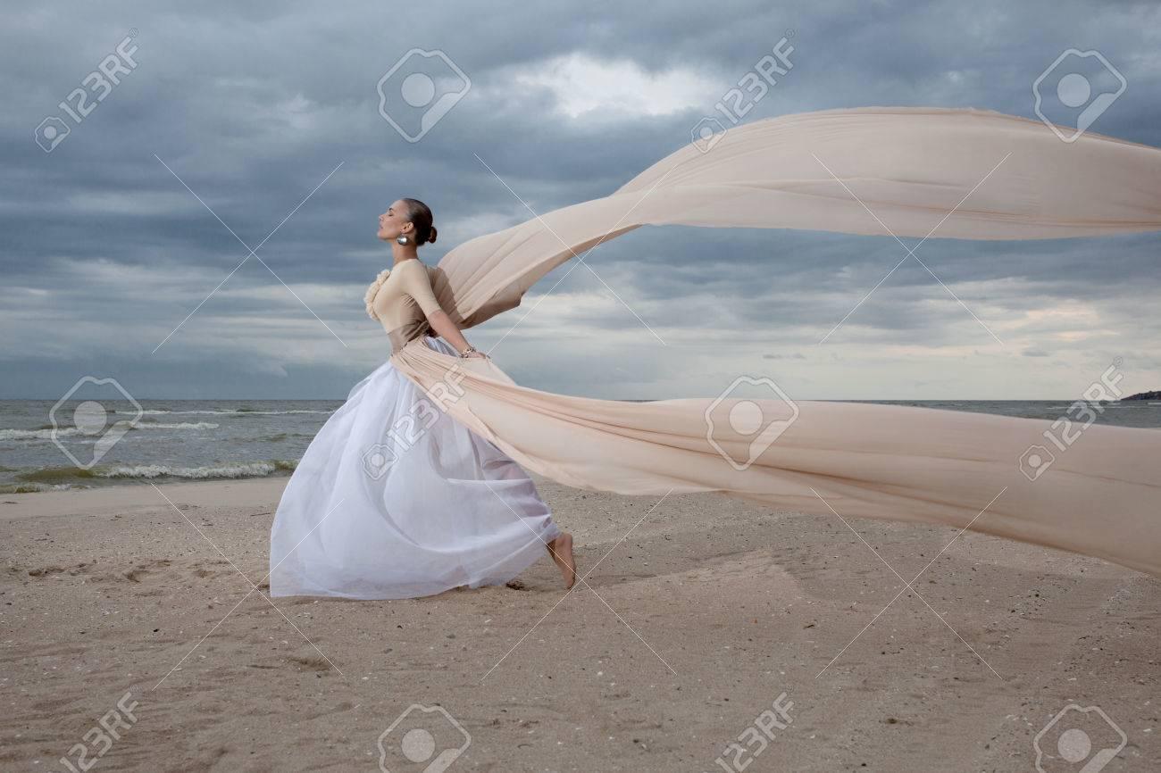 Longue Beige Dans Robe Dynamique Féminin La Posant Modèle 6wq78g7