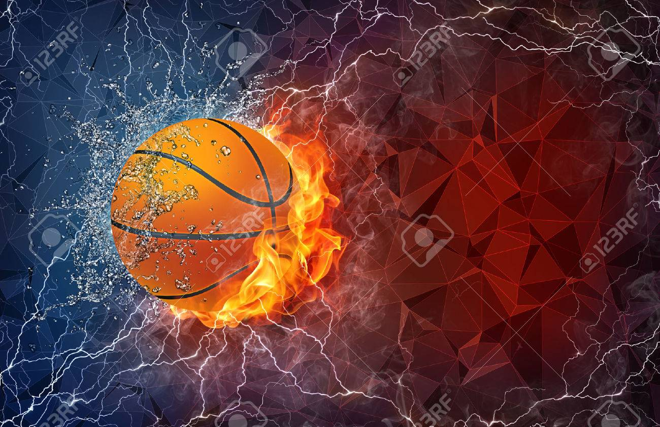 balle de basket-ball sur le feu et l'eau, avec éclairage autour sur fond abstrait polygonale. Disposition horizontale avec un espace de texte. Banque d'images - 38901821