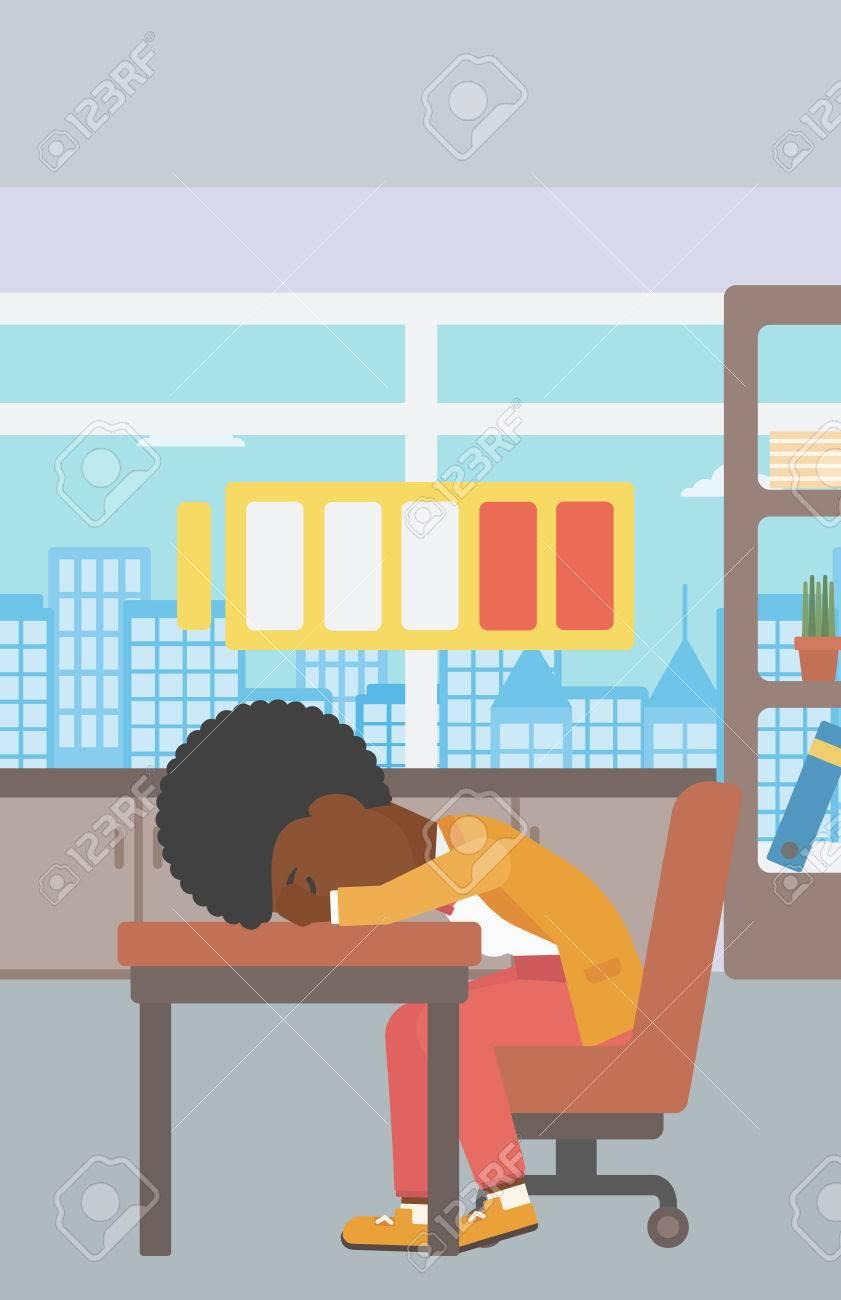 Una mujer afroamericana que duerme en el lugar de trabajo en el teclado  portátil y el símbolo de batería baja potencia por encima de su cabeza