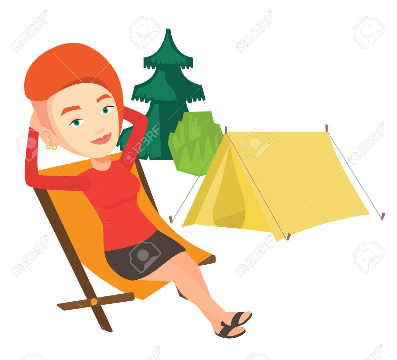 Femme En Jeune De Site Le Ses CampingAssise Profitant Vacances Dans Une Sur Pliante Fond Se Chaise Du Détendre yb7gYv6f