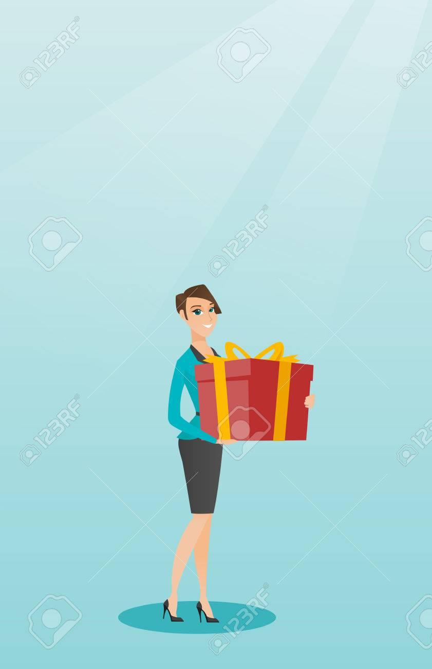 0cc271c9ea1c Mujer caucásica alegre que sostiene una caja con los regalos en manos.  Joven mujer feliz celebración de una caja de regalo. Mujer que compra un ...
